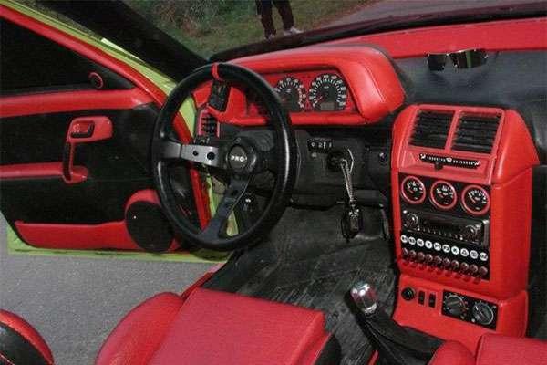 Тюнинг панели ВАЗ 2110 обшито красным кожа заменителем